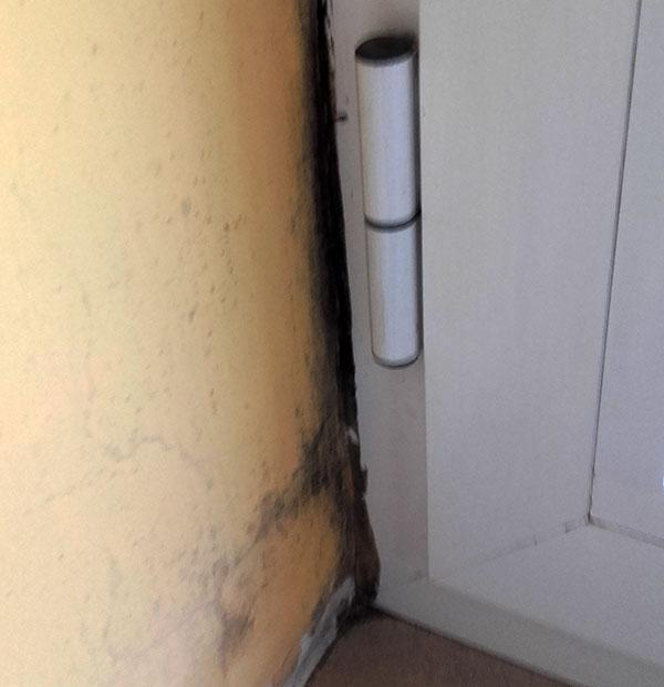 Infiltrazioni tra muratura e infisso per difetto di sigillatura
