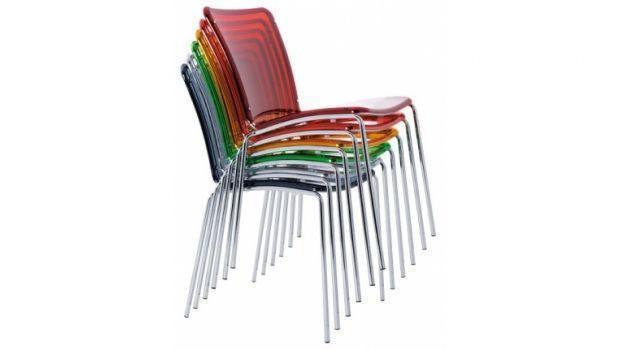 Tanti modelli e tipologie di sedie impilabili salvaspazio tra cui scegliere