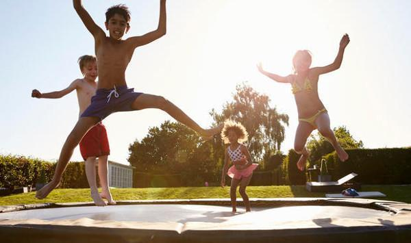 Tappeti elastici: gioco divertente ma potenzialmente rischioso