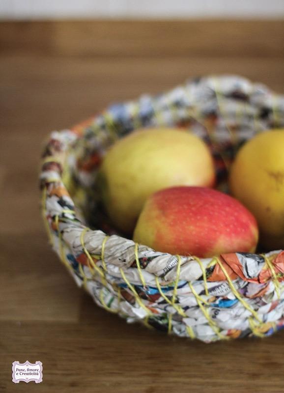 Idee riciclo: cestino coi volantini di Pane e Amore