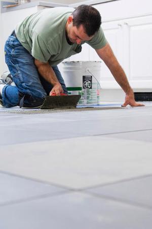 Impastare la miscela per stuccare le fughe tra piastrelle
