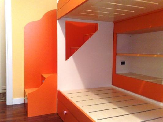 Cameretta con soppalco e libreria in nicchia, realizzata da Falegnameria Borrelli