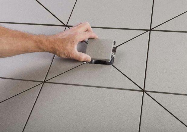 Doccia a filo pavimento, pannelli pendenzati per creare il piatto doccia