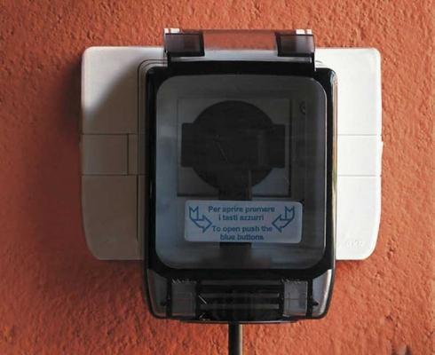 Scatola di derivazione stagna: sicurezza anche con la spina inserita, da parete, by AVE S.p.A.