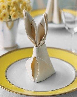 Tovagliolo piegato a forma di coniglio da martastewart.com