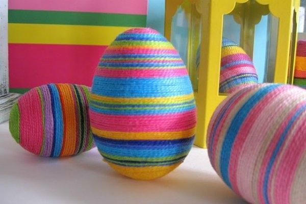 Uova pasquali decorate con fil di lana