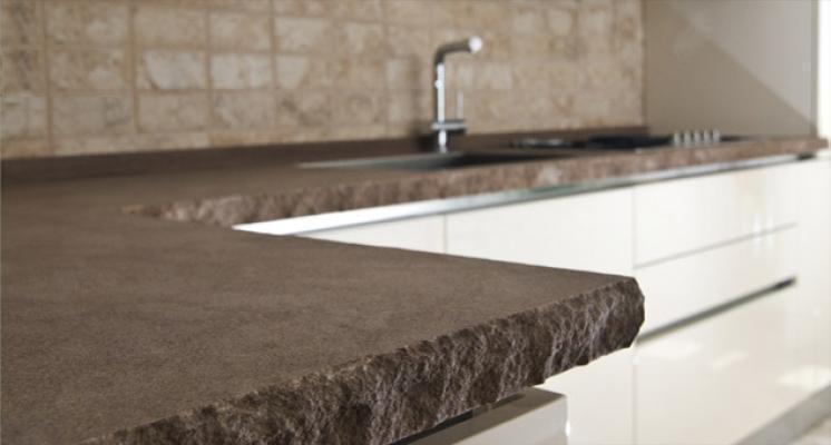 Top cucina: la preziosità del marmo con taglio a spacco, by Lavorazioni Marmo