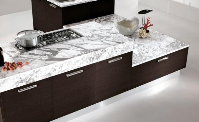 Cucina aperta sul salone progetto - Marmo piano cucina ...