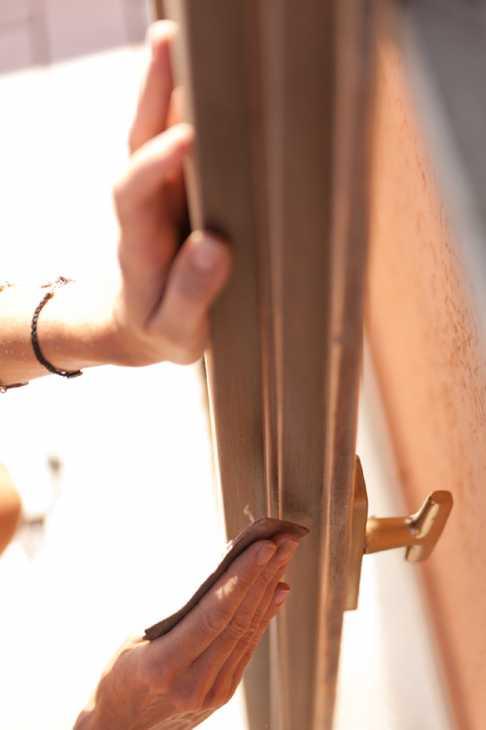 Carteggiatura serramento in legno lamellare