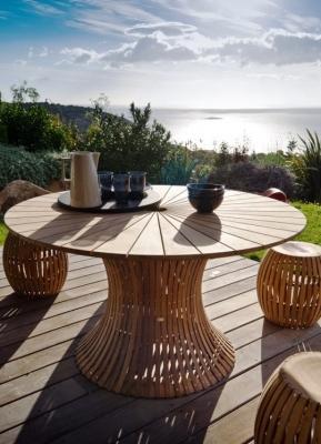 Ambientazione da esterno: Unopiù Swing tavolo e pouf in teak