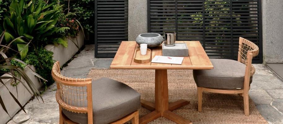 Unopiù arredi esterni in legno naturale: tavolo quadrato e ampie sedute