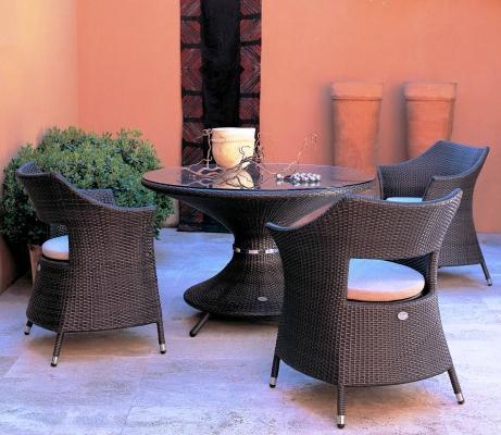 Location esterna Emu Dafne: tavolo rotondo e poltrone con schienale aperto
