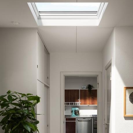 Installazione finestra per tetto piano di VELUX esempio corridoio
