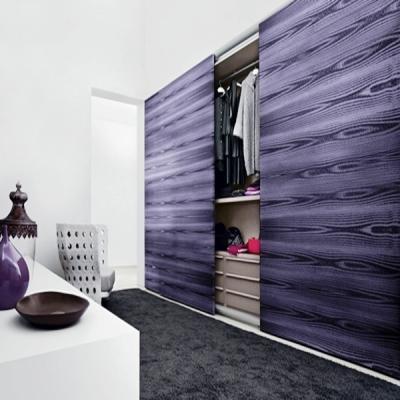 Ante armadio con venature effetto legno, ottenute con pittura Loggia Plasma 3D
