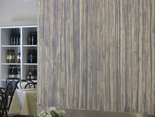Cebos Color Barkode: pittura effetto legno su interparete sala ricettiva