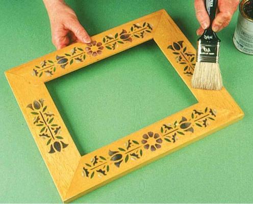 Cornice decorata con la tecnica dello stencil