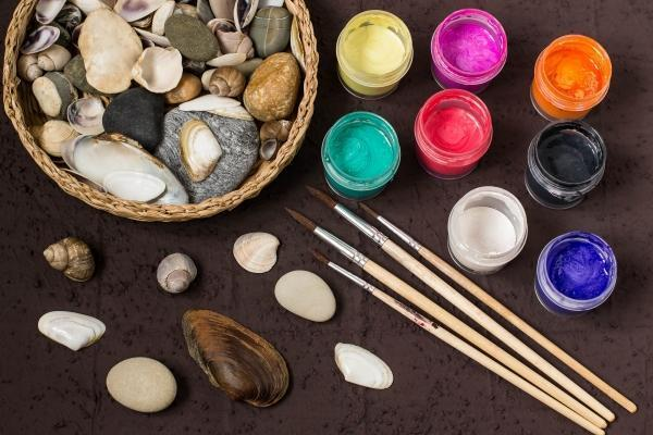 Conchiglie decorate per un quadro fai da te: i materiali
