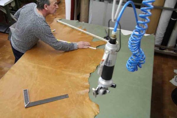 Particolare del taglio della pelle di un divano angolare di Santambrogio divani