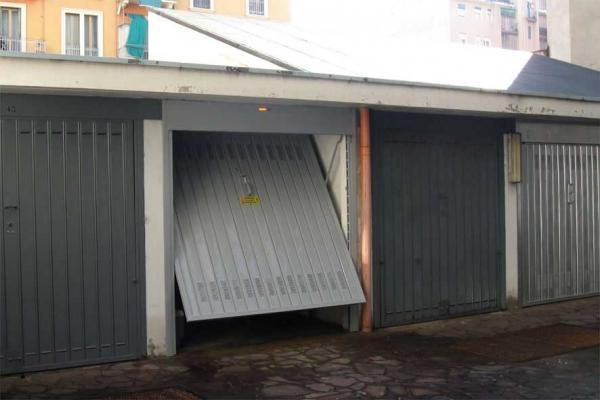 Porte basculanti per garage da Officine Locati