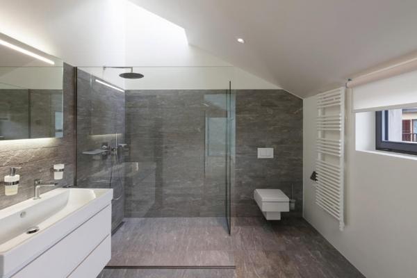 Pavimento e rivestimento bagno con mattonelle effetto marmo
