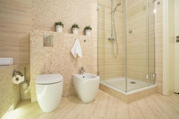 Fascia parete bagno realizzata con piastrelle mosaico