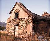 Edificio rurale parzialmente fatiscente in seguito a semplice abbandono