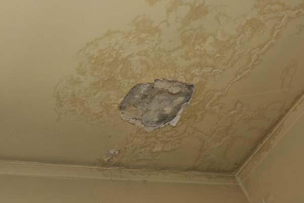 Danni al soffitto derivati da infiltrazioni d'acqua