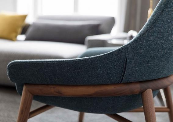 Dettaglio poltrona di design Hanna in tessuto color ottanio