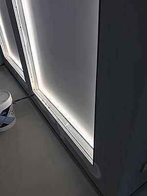 Armatura metallica perimetrale per il fissaggio del pannello luminoso; foto di Enkos srl impresa edile