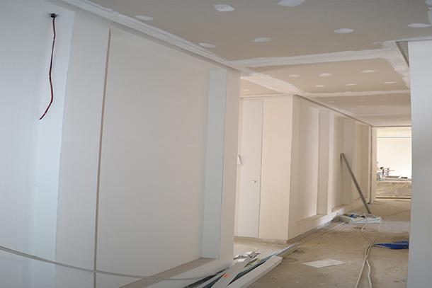 Preparazione al fissaggio di pannelli retroilluminati su parete - foto di Enkos srl impresa edile