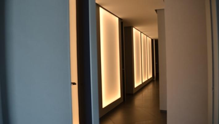 Corridoio illuminato dai pannelli - foto di Enkos srl impresa edile