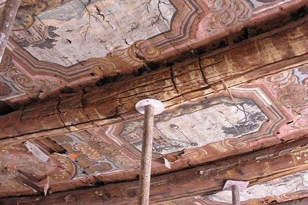 Solaio in legno di pregio con travi portanti da rafforzare