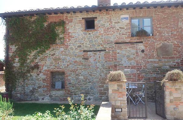 I vecchi edifici rurali mostrano numerose fasi costruttive evidenti