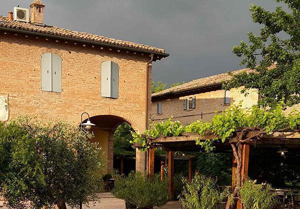 Vecchio edificio rurale tuttora abitato sulle colline modenesi