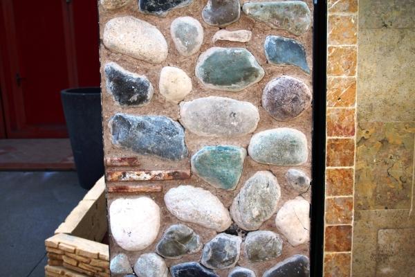 Ambientazione con muro a ciottoli tranciati: realizzazione Zem Marmi