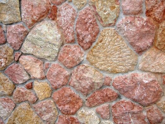 Parete con pietre a vista in giallo reale rosato, di Zem Marmi