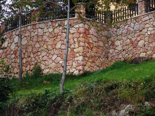 Parapendio con pietre in giallo reale rosato, realizzazione Zem Marmi