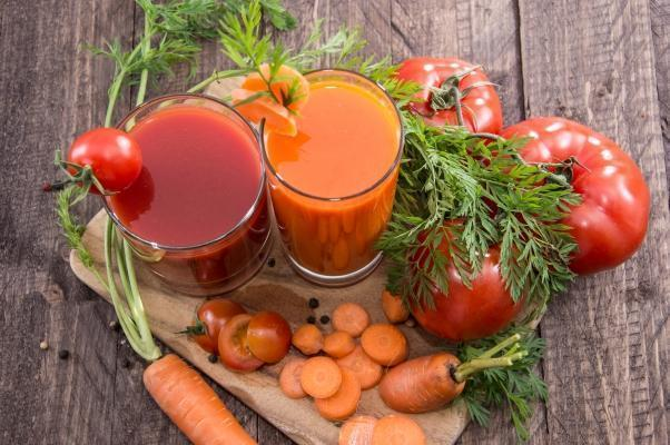 Estrarre succo da carote e pomodori
