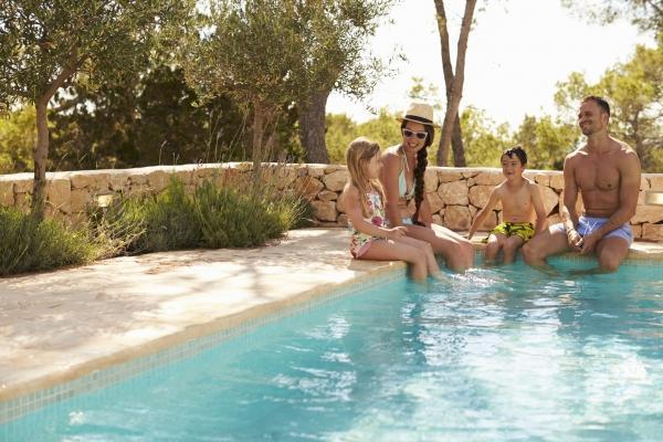 Vivere la piscina negli spazi esterni di casa