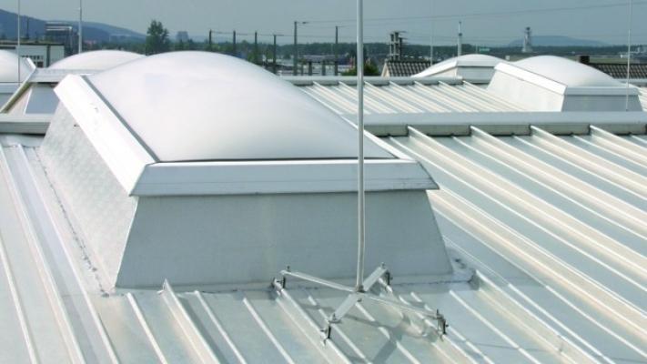 Asta captatrice dell'azienda Dehn per tetto in lamiera metallica