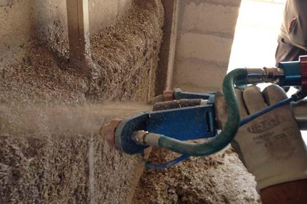 Materiali per costruire: trattamento isolante con trucioli di canapa