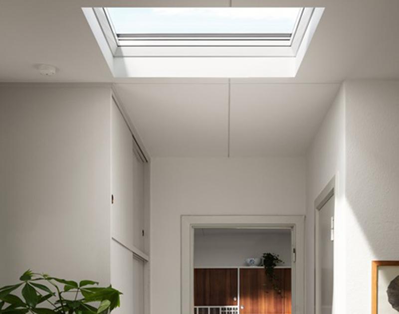 Finestra per tetto piano con vetro curvo Velux