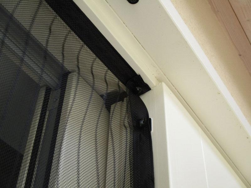 Montaggio zanzariera magnetica con fermagli adesivi, by JustGo