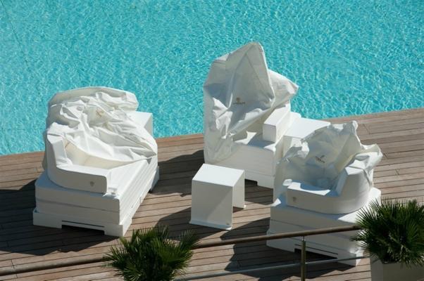 Arredamento per spazi aperti con piscina, linea Trona