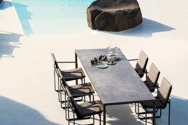 Arredo bordo piscina tavolo Neutra di Tribù
