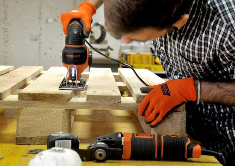 How to sand the wood: making a DIY coffee maker with a BLACK + DECKER sander
