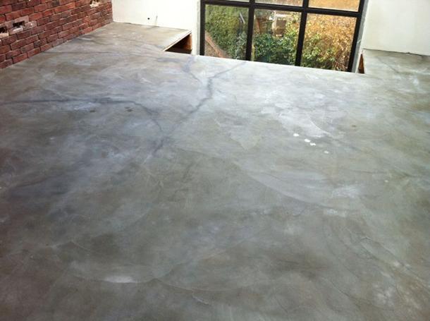 Cementodiluna spatolato su pavimento