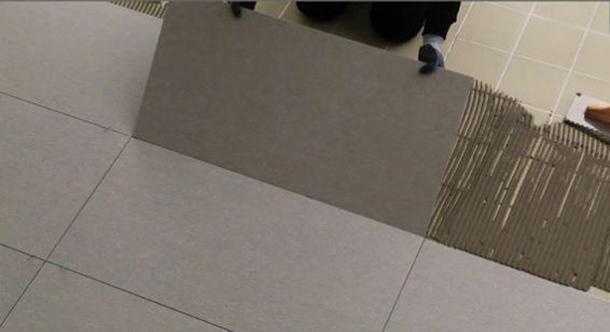 Posa del gres porcellanato Iperceramica su pavimento esistente