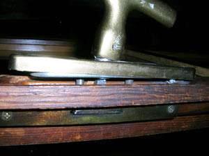 Sostituire una maniglia rotta fai da te - Smontare maniglia finestra senza viti ...