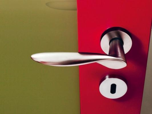 Maniglia Olivari serie Wind cromata, a contrasto con vivaci cromie